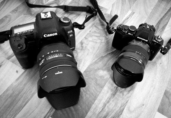 Canon 5D MkII + Sigma 24-70 f/2.8 (izda) - Olympus OMD EM5 + Lumix 12-35 f/2.8 OIS (dcha)